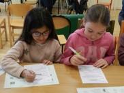 """Les élèves remplissent les questionnaires """"Boîte à idées""""."""